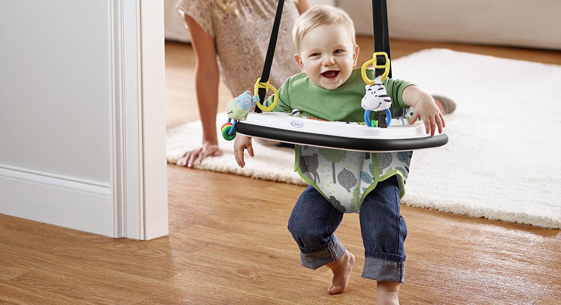 Kleinkind mit Türhopser Graco Bumper Jumper