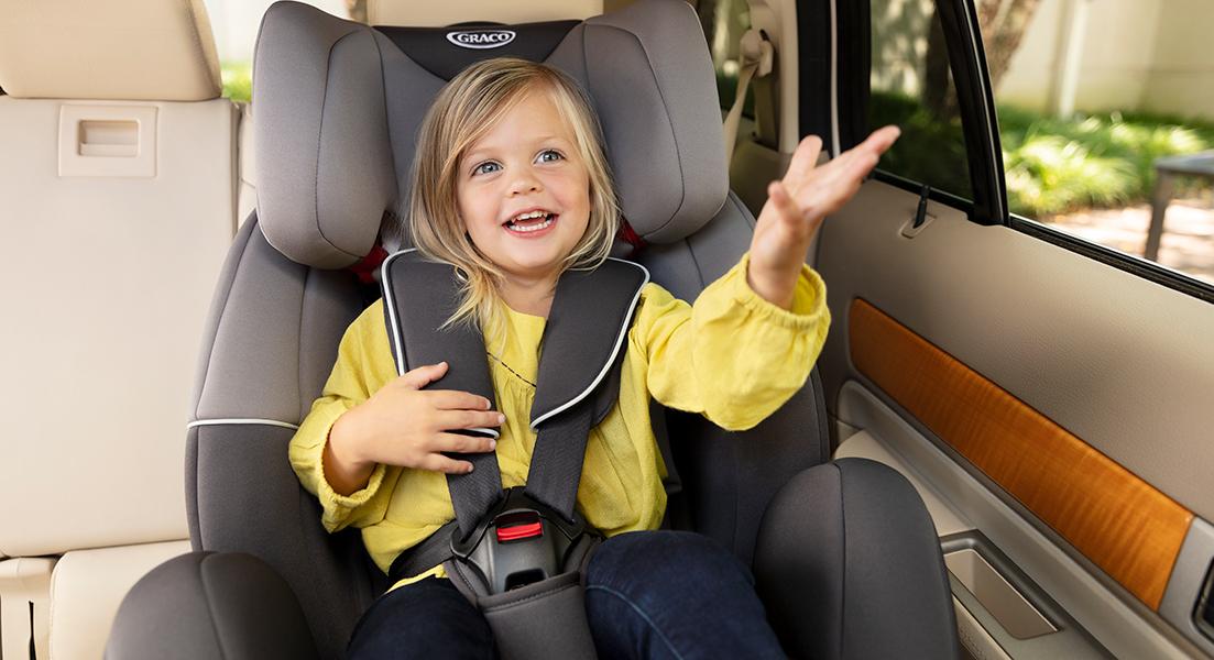 Kind im mitwachsenden Kindersitz Graco Enhance